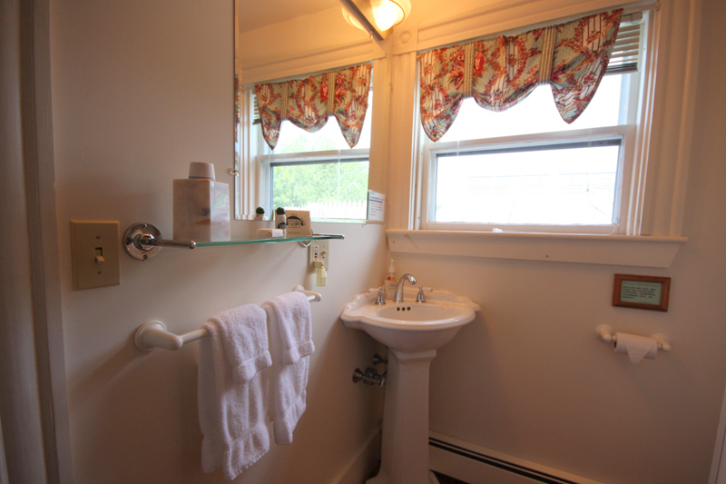 Guest Bathroom Ideas With Pleasant Atmosphere: Augusta Maine Bed And